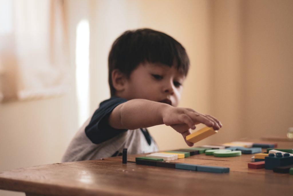 Enfant jouant à un jeu de construction